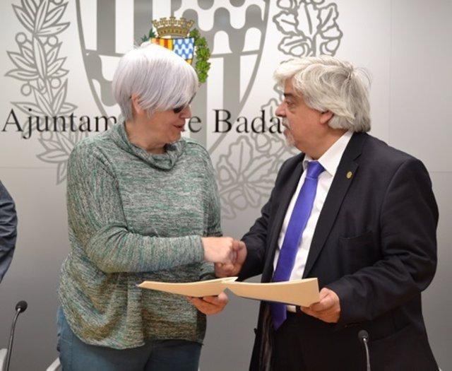 La alcaldesa de Badalona, Dolors Sabater, y el decano del Icab, Oriol Rusca