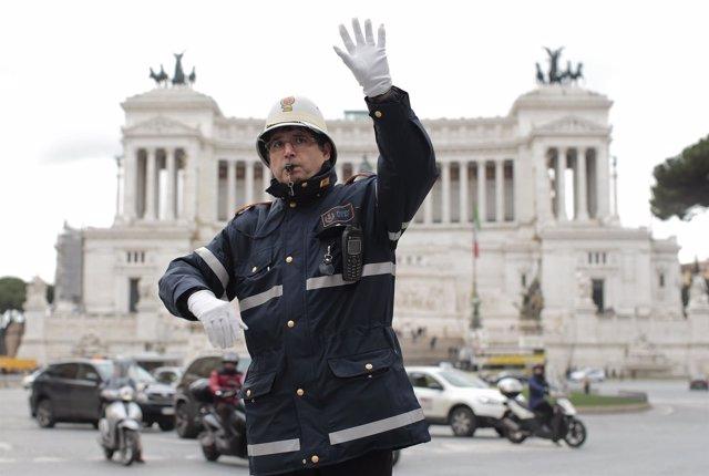 Policía de tráfico en el centro de Roma