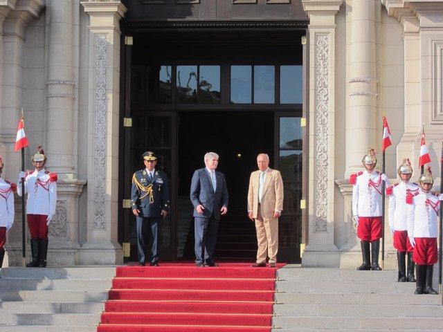 El ministro Dastis a su llegada a la sede de la Presidencia de Perú