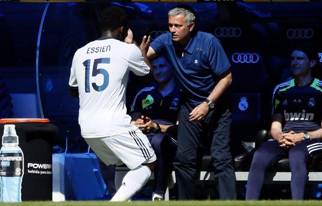 Essien celebra su gol ante Osasuna con Jose Mourinho
