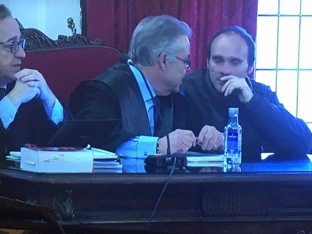 León: el acusado (D) junto a su abogado