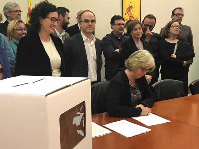 La exconsellera I.Rigau firma la notificación de la sentencia del 9N