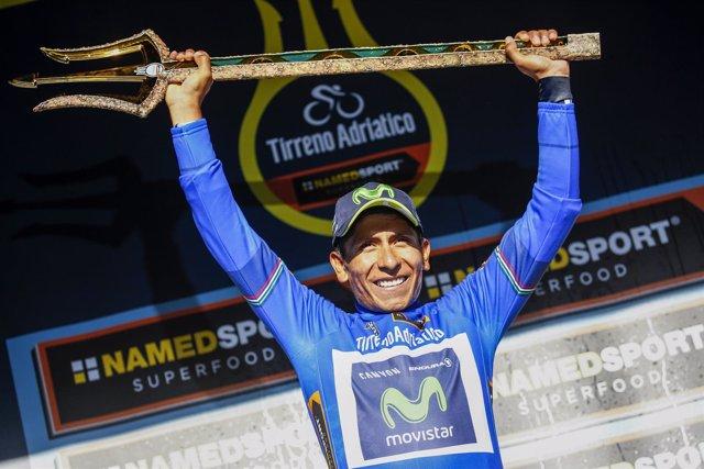 Nairo Quintana con el tridente de ganador de la Tirreno-Adriático
