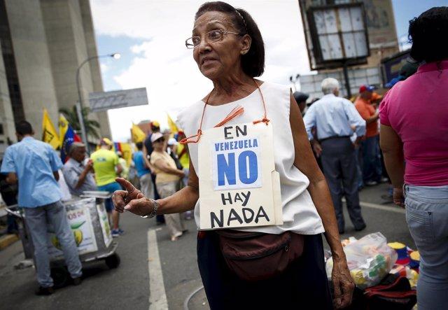 Mujer protesta por la crisis de abastecimiento en Venezuela