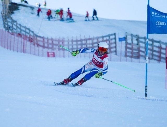 Una esquiadora en las pistas de nieve de Sierra Nevada en Granada