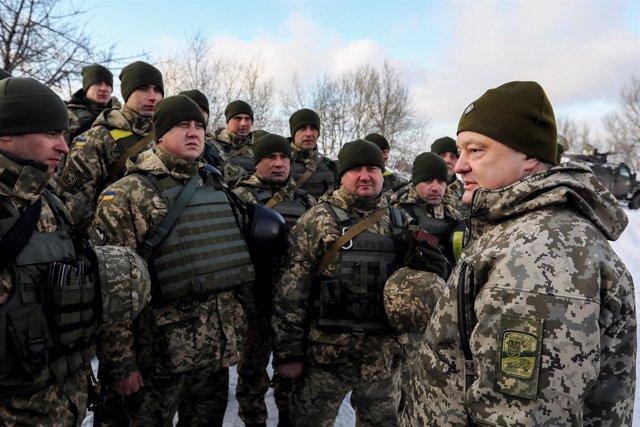 El presidente Poroshenko visita a las tropas en el este de Ucrania