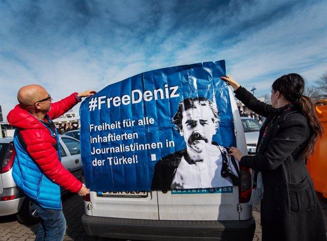 Pancarta por Deniz Yucel, periodista alemán encarcelado en Turquía