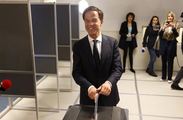 Mark Rutte vota en las elecciones holandesas