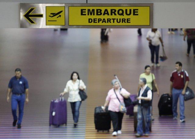 Un grupo de pasajeros en el aeropuerto Simón Bolívar en La Guaira, Venezuela