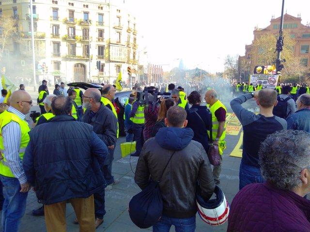 Centenares de taxistas protestan en Barcelona
