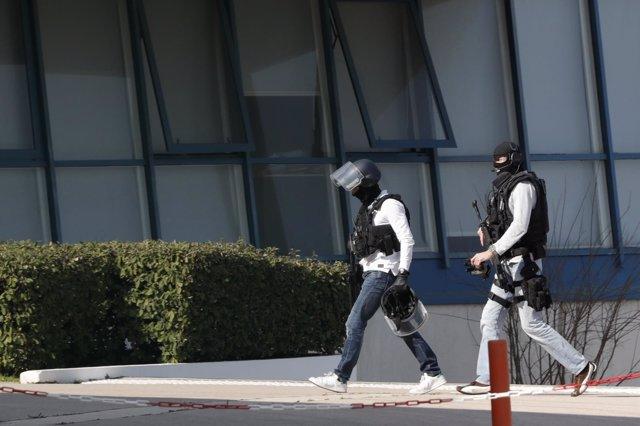 Policía en el instituto en Grasse, en el sur de Francia