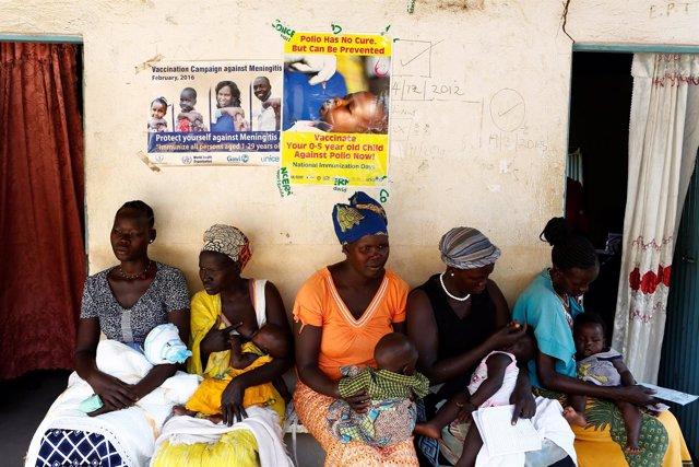 Mujeres esperan con sus hijos en una clínica en Yuba