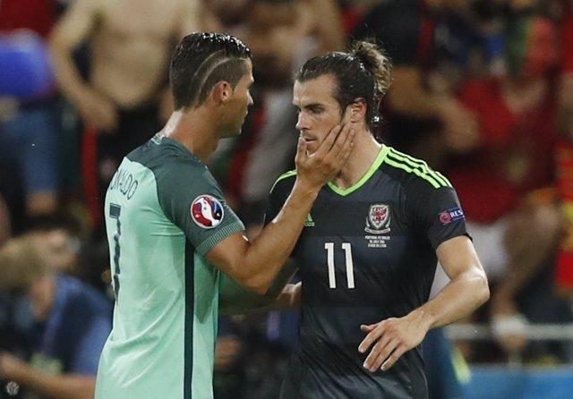 Bale y Cristiano Ronaldo se saludan tras la semifinal de la Eurocopa
