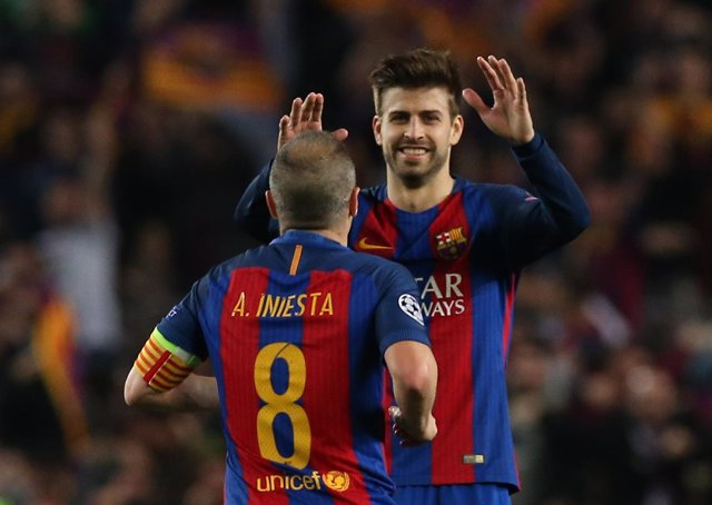 Gerard Piqué y Andrés Iniesta
