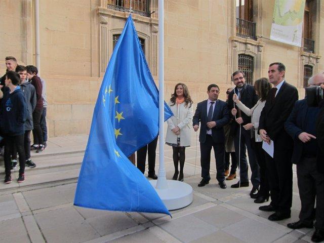 Momento del izado de bandera de la UE