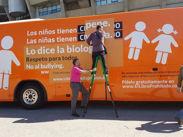 Autobús de Hazte Oír con el mensaje del pene