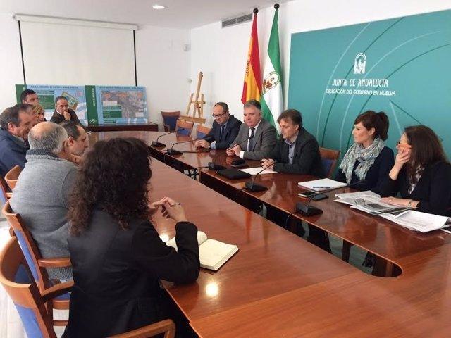 El consejero de Medio Ambiente de la Junta, José Fiscal, con alcaldes de Huelva.