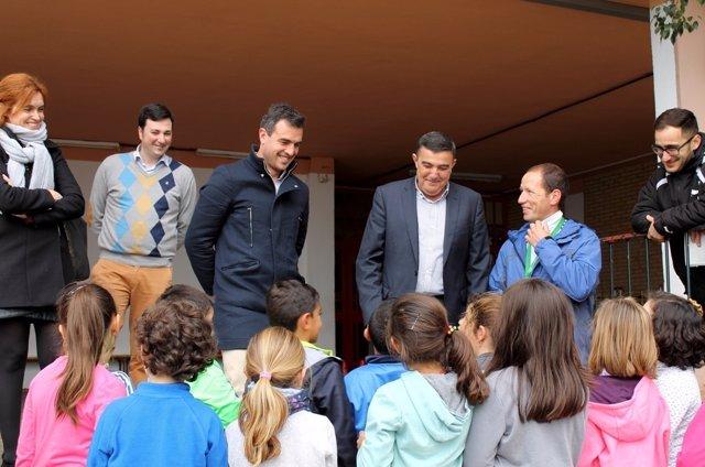 Visita de Vicente Zarza a un colegio de Bollullos.