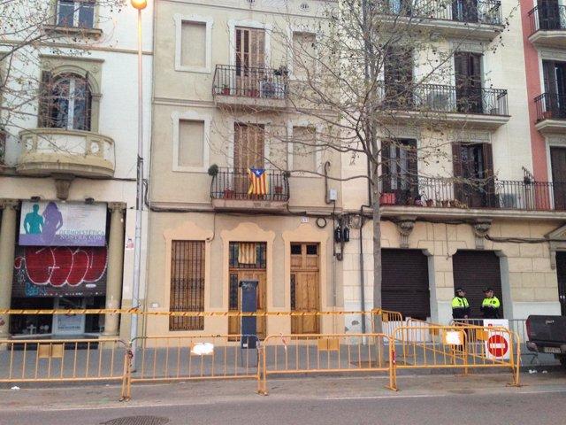 Las tres fincas del distrito de Sant Martí desalojadas, en la calle Llull