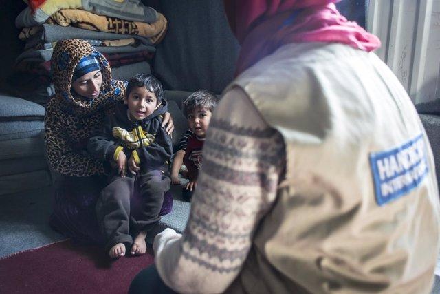 Niño discapacitado junto a su familia en el campamento de Azraq (Jordania)