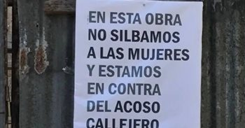 "Un cartel de una obra argentina reza ""en esta obra no silbamos a las..."