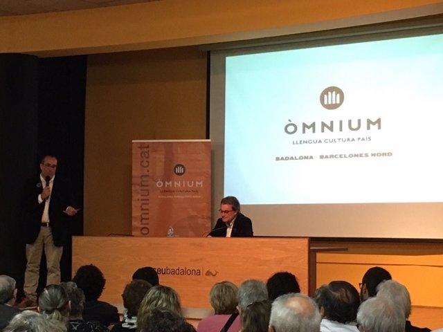 El expresidente Artur Mas en una conferencia de Òmnium en Badalona