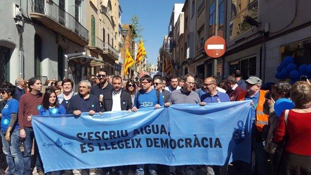 Manifestación por la municipalización del agua en Terrassa (Barcelona)