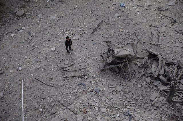 Imagen de archivo de los restos de un bombardeo del Gobierno en Duma, Damasco