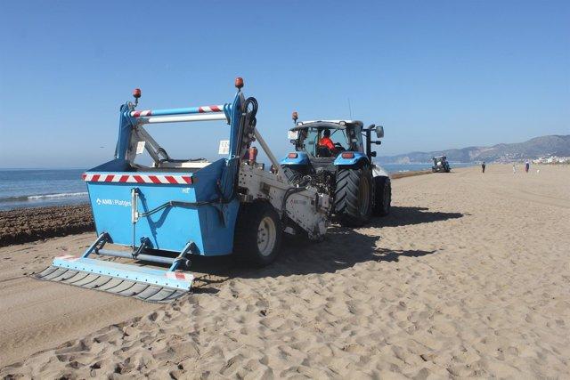 Los tractores del AMB remueven la arena hasta 50 centímetros de profundidad