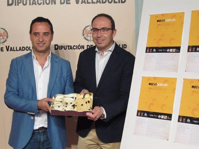 César López (izquierda) y Víctor Alonso (derecha) posan con una bandeja de queso