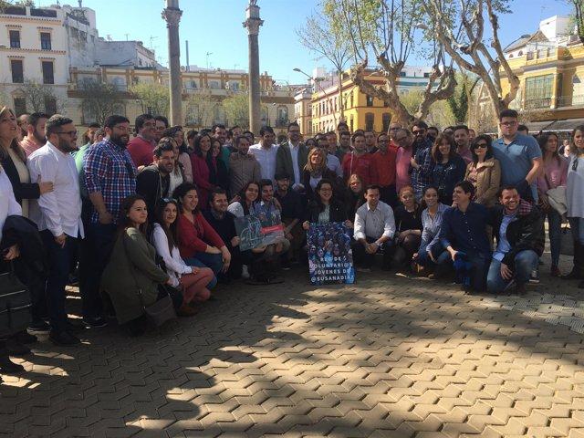 Grupo de jóvenes del PSOE en apoyo de Susana Díaz