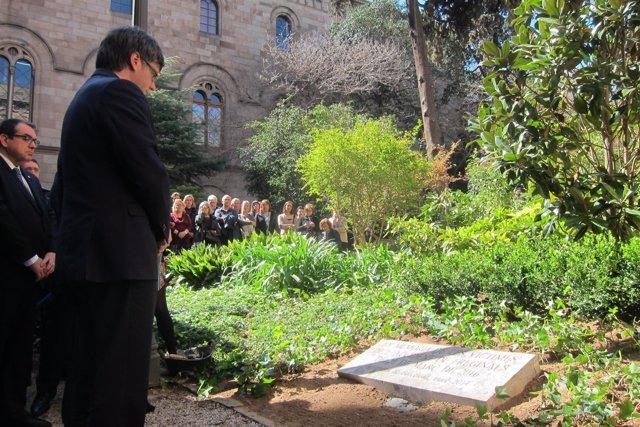 El pte. Carles Puigdemont ante la placa de memoria de las víctimas de Freginals