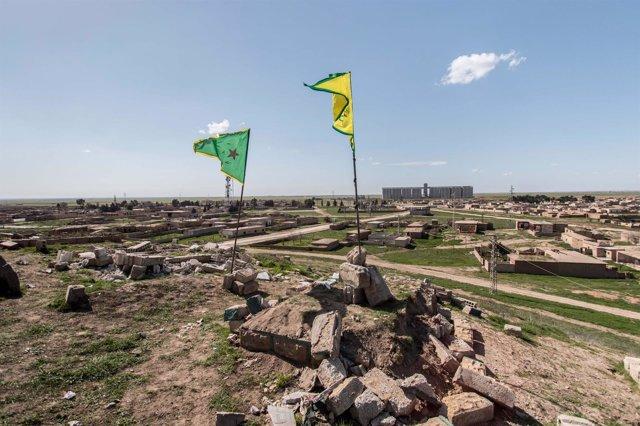 Banderas de las YPG kurdas en el norte de Siria