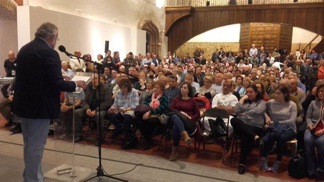 El alcalde de Talavera de la Reina, Jaime Ramos, participa en una asamblea