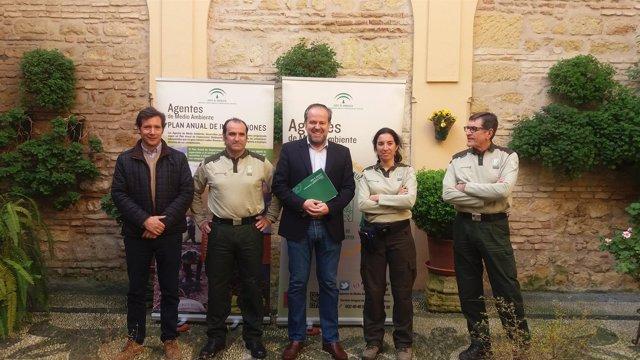 Algar (centro), con agentes de Medio Ambiente