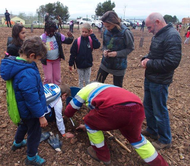 Gamarra, con los escolares, en la plantación