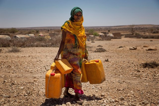 Mujer con bidones de agua en Hargeisa, Somalilandia