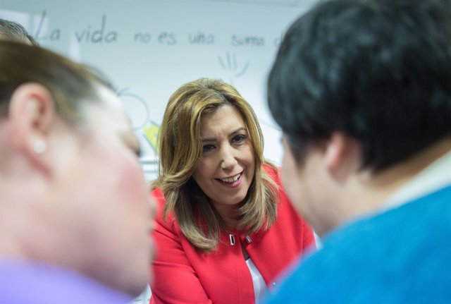 Susana Díaz, durante su visita a la unidad de estancia diurna de Brenes