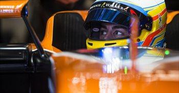 Fernando Alonso inicia su decimosexta temporada envuelto de nuevo en la...