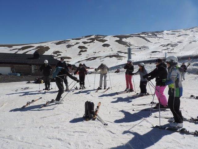 Los 33 participantes han disfrutado de una jornada de deporte en la nieve.