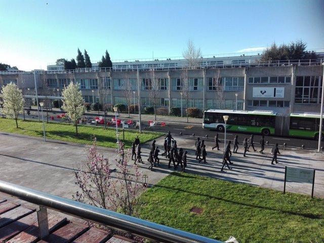 Encapuchados vuelcan contenedores en el campus de la UPV/EHU