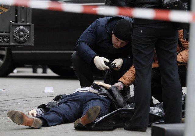 El cuerpo del exdiputado ruso Denis Vononenkov tras ser asesinato en Kiev
