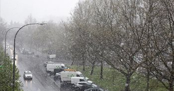 La nieve sorprende a los madrileños tras un puente plenamente primaveral