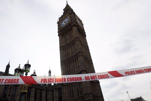 Cordón policial junto al Parlamento británico en Londres