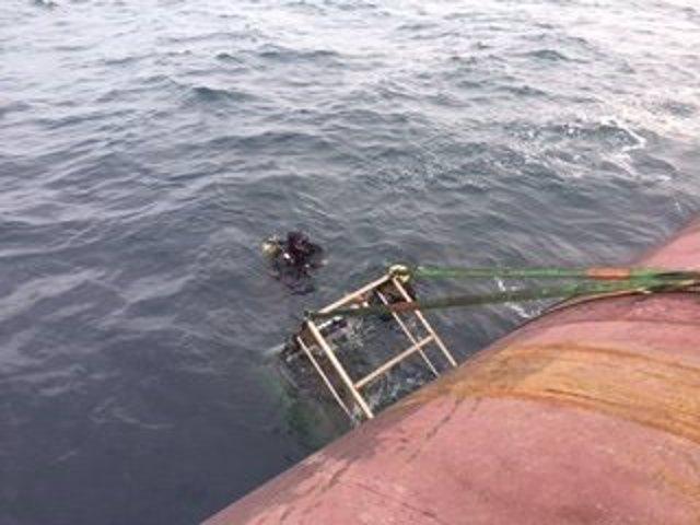 La cesta de Salvamento Marítimo con la que han recuperado a dos marineros