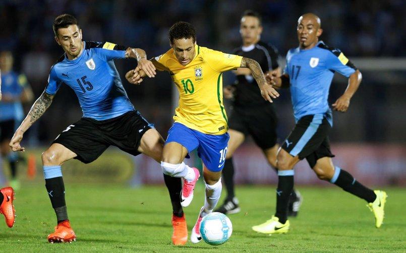 Neymar y Paulinho destrozan a Uruguay y acercan a Brasil a Rusia