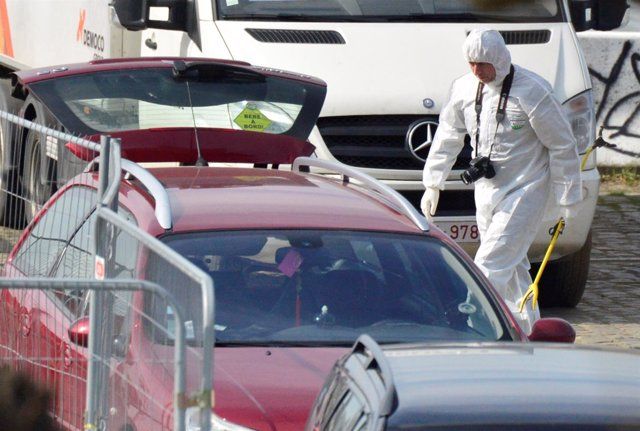 Un forense junto al vehículo usado en un intento de atropello en Amberes