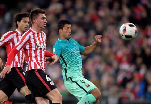 Luis Suárez ante Aymeric Laporte en un Athletic-Barcelona
