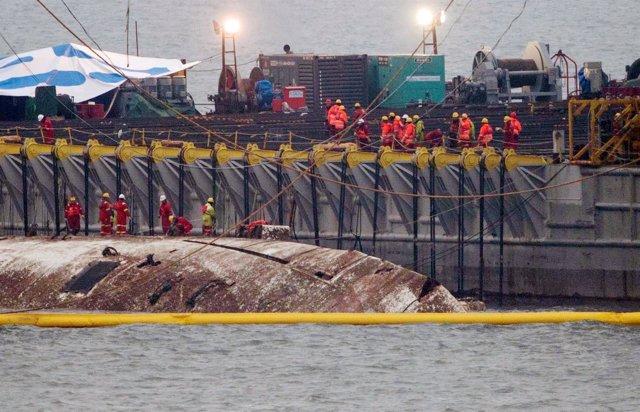 El ferry Sewol, que se hundió en 2014 con 300 personas, es sacado del agua
