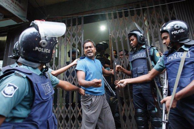 Policías durante una redada en Bangladesh